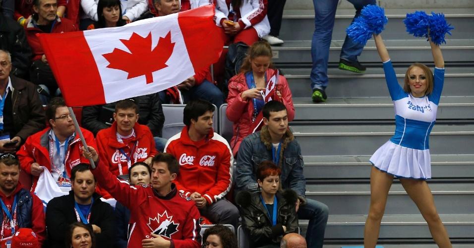 14.02.14 - Cheerleader com a torcida canadense no jogo contra a Áustria pelo hóquei no gelo masculino