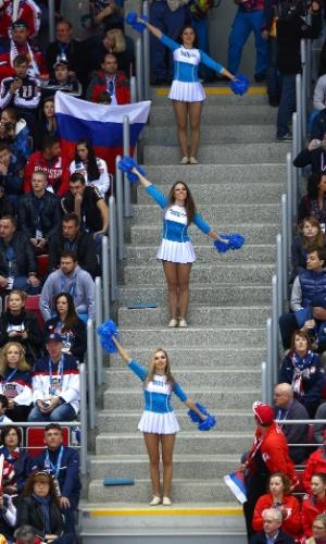 15.02.14 - Cheerleaders se apresentam em jogo do hóquei no gelo masculino em Sochi