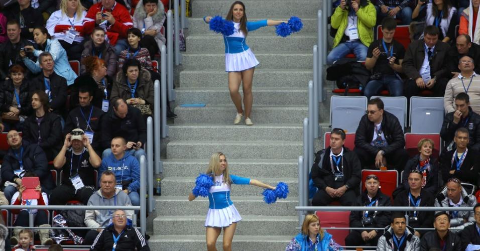20.02.14 - Cheerleaders se apresentam na decisão do terceiro lugar entre Suíça e Suécia, pelo hóquei no gelo feminino; suíças venceram por 4 a 3 e ficaram com o bronze