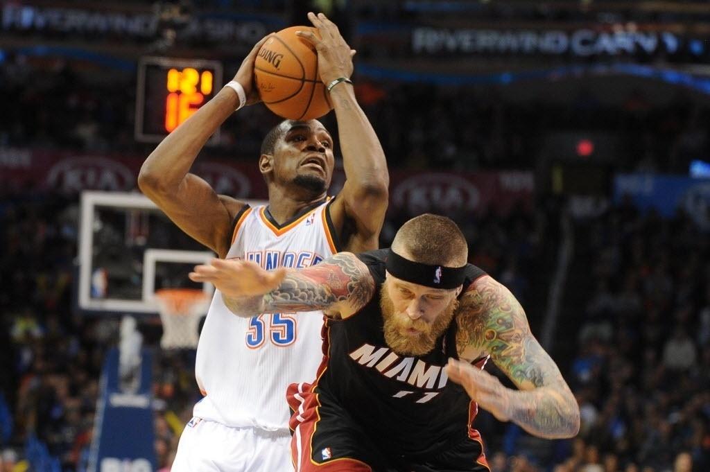 21.fev.2014 - Chris Andersen 'passa reto' da marcação de Kevin Durante na partida entre Miami Heat e Oklahoma City Thunder