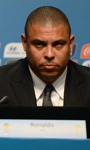 21.fev.2014 - Ex-jogador Ronaldo participa de bancada em congresso da Fifa em Florianópolis