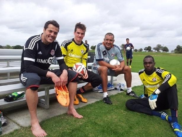 21.fev.2014 - O goleiro Júlio César com os goleiros do time sub-23 do Fluminense, em Orlando