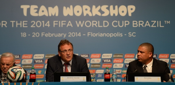 Secretário-geral da Fifa, Jérôme Valcke (centro), fez elogios ao início da Copa do Mundo de 2014