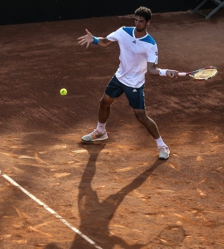 21.fev.2014 - Thomaz Bellucci em jogada durante a partida contra David Ferrer nas quartas de final no Rio