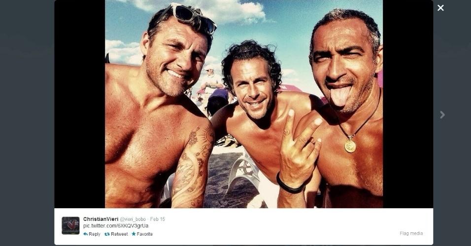 Ex-atacante Christian Vieri posta foto ao lado de amigos em uma praia