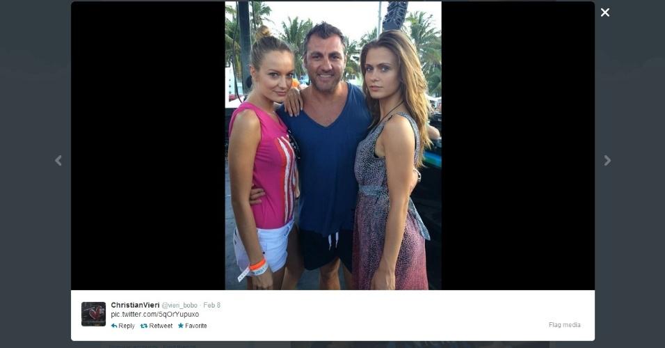 Ex-atacante Christian Vieri posta foto ao lado de duas mulheres