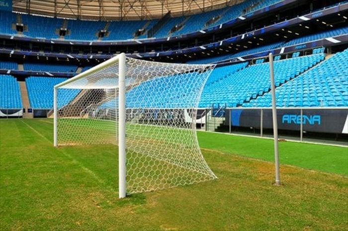 Novas traves padrão Fifa instaladas na Arena do Grêmio, que será campo de treinamentos na Copa (21/02/2014)