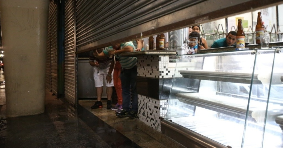 22. fev. 2014 - Pessoas tentam fugir do confronto entre a polícia e manifestantes em protesto contra a Copa do Mundo, no centro de São Paulo