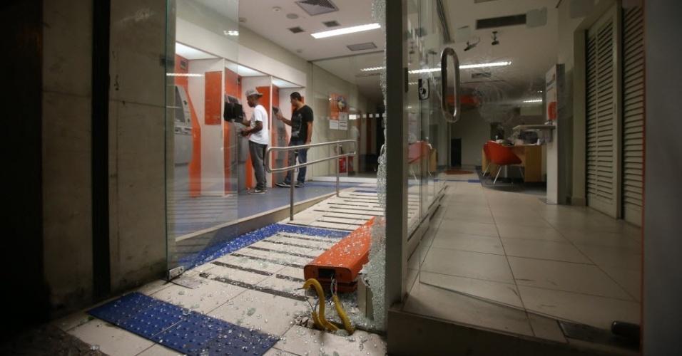 22.fev. 2014 - Agência bancária é depredada durante protesto em São Paulo