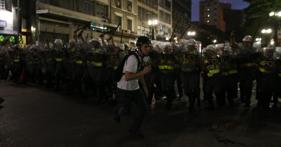 22.fev. 2014 - Manifestantes entram em confronto com a polícia durante protesto contra a Copa do Mundo, no centro de São Paulo