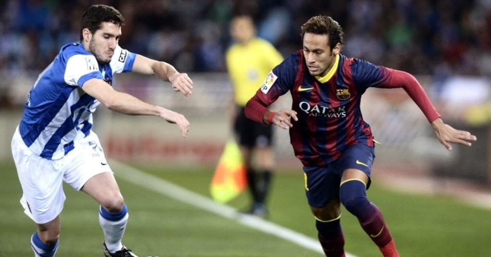 22.fev.2014 - Brasileiro Neymar, atacante do Barcelona, tenta jogada individual durante o primeiro tempo do jogo contra a Real Sociedad, válido pelo Campeonato Espanhol