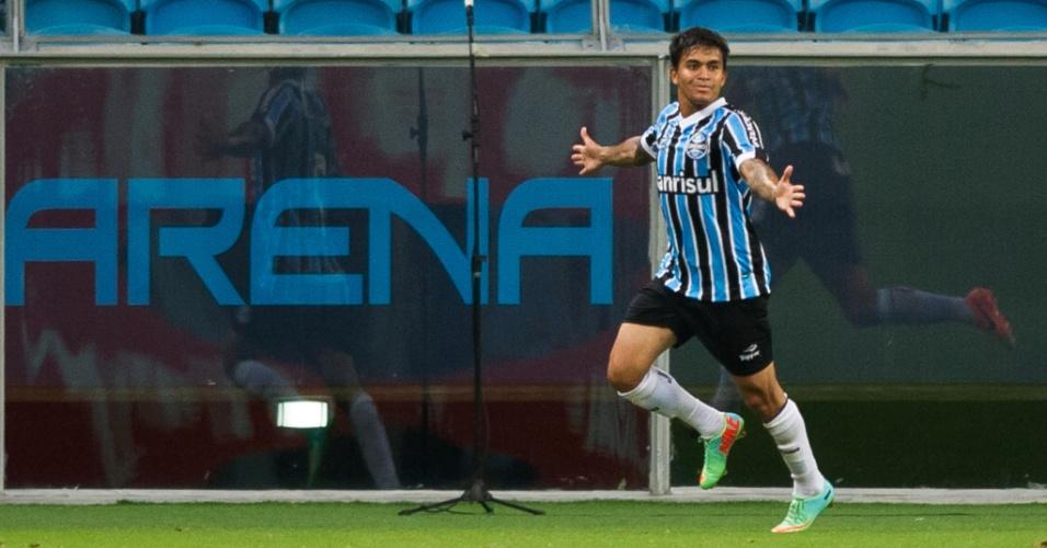 22.fev.2014 - Dudu comemora após marcar o segundo do Grêmio contra o Novo Hamburgo, pelo Campeonato Gaúcho