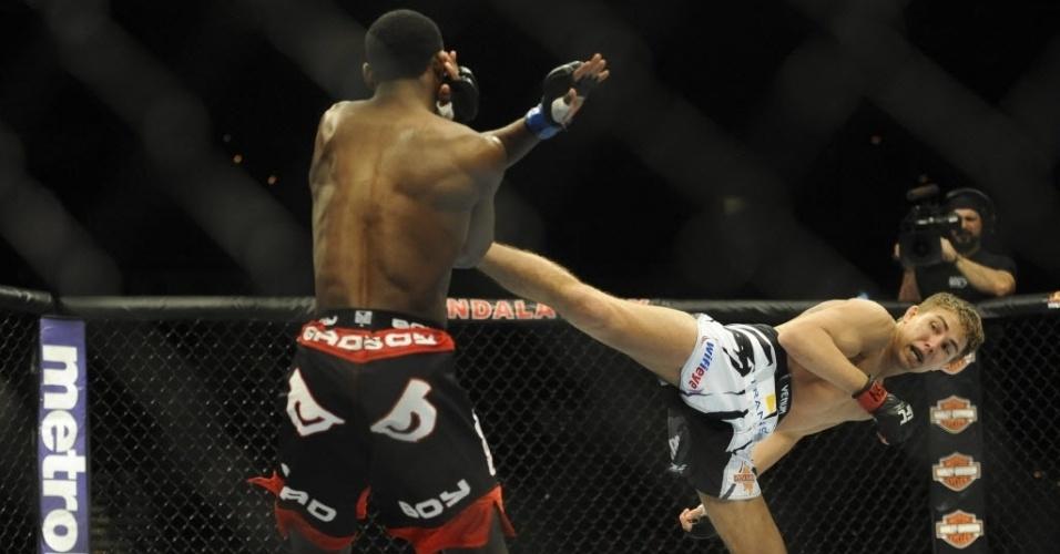 22.fev.2014 - Aljamain Sterling bloqueia o chute de Cody Gibson no UFC 170. Sterling ganhou por decisão unânime