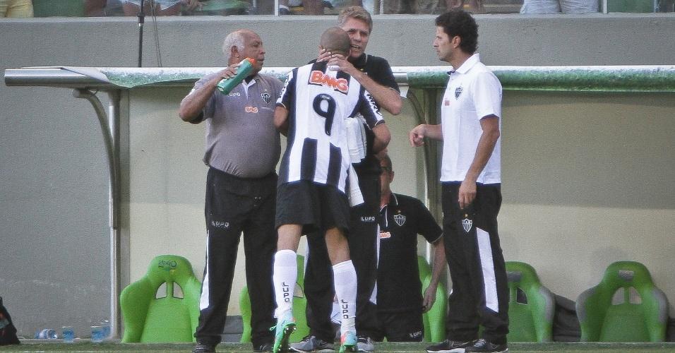 23 fev 2014 - Diego Tardelli comemora o primeiro gol do Atlético-MG sobre o América-MG com o técnico Paulo Autuori