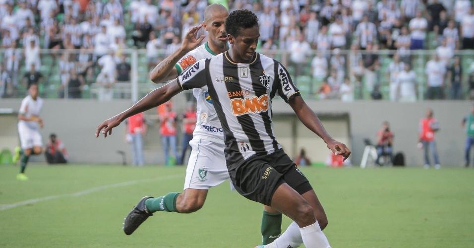 23. fev. 2014 - Jô tenta domínio de bola em partida do Atlético-MG contra o América, pelo Campeonato Mineiro