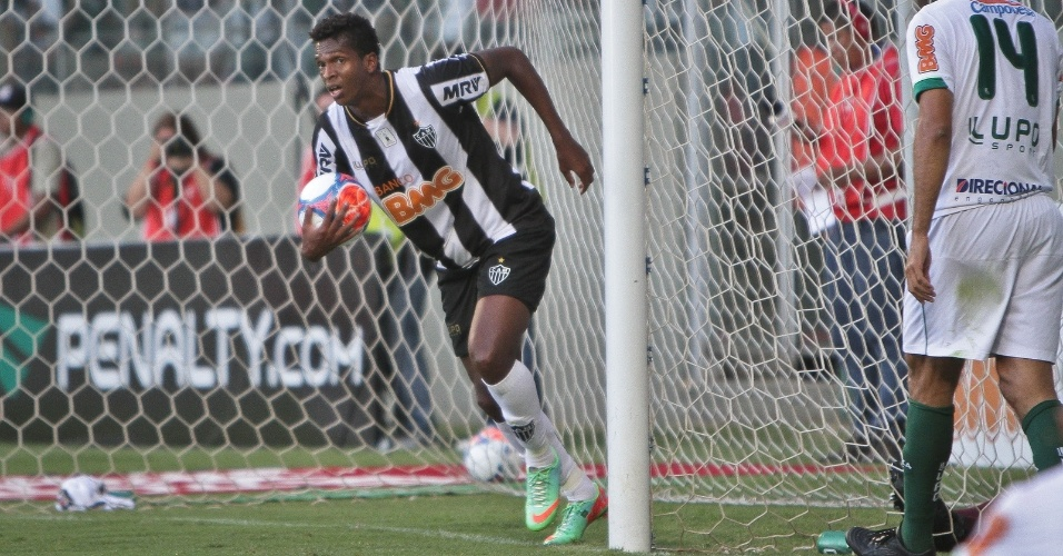 23. fev. 2014 - Jô vai buscar a bola no fundo do gol após marcar contra o América, pelo Campeonato Mineiro