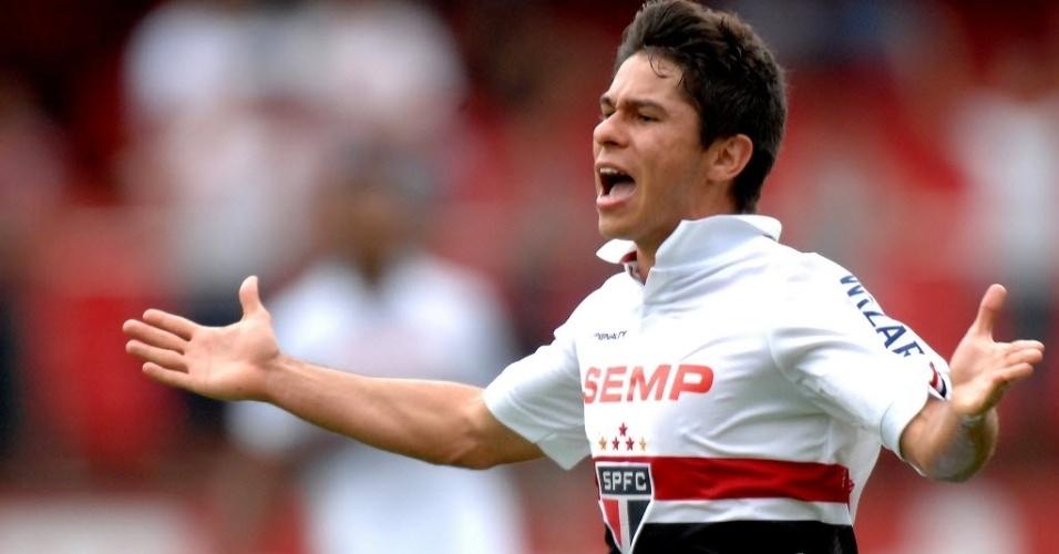 23.02.14 - Osvaldo reclama com a arbitragem na partida entre São Paulo e Santos no Morumbi