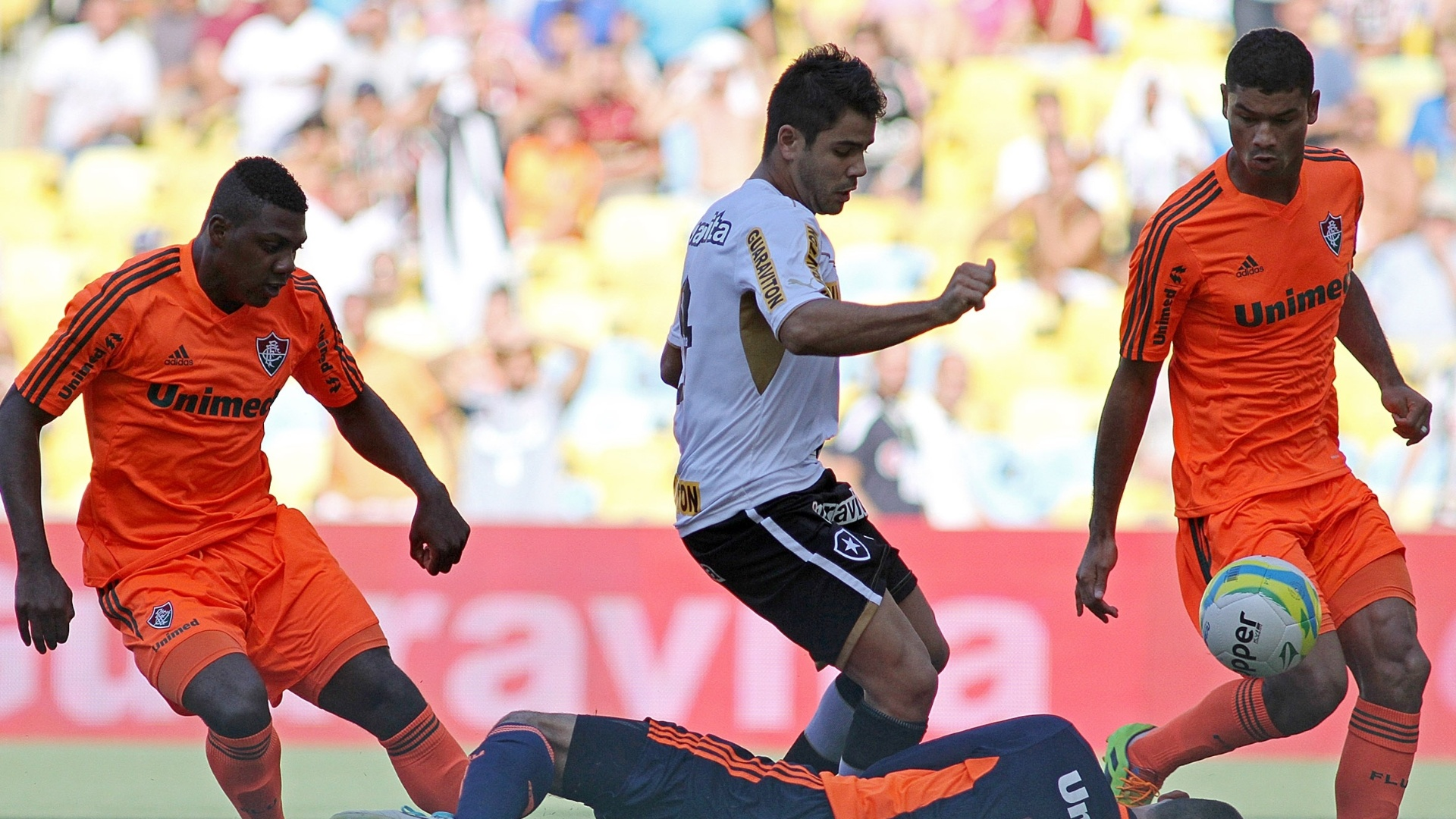 23.fev.2014 - Atacante Henrique tenta abrir o placar para o Botafogo, mas Diego Cavalieri defende para o Fluminense
