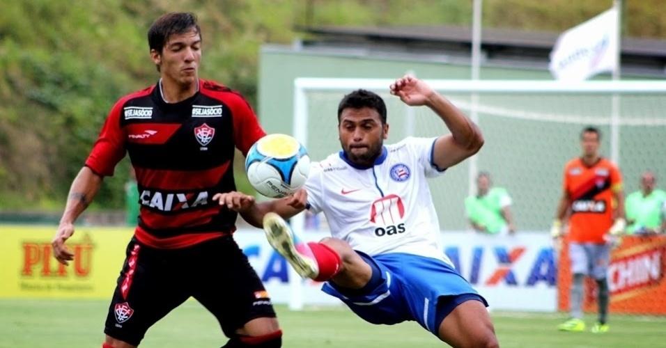 23.fev.2014 - Clássico marcou o reencontro de Maxi Biancucchi, hoje no Bahia, com sua antiga equipe, o Vitória