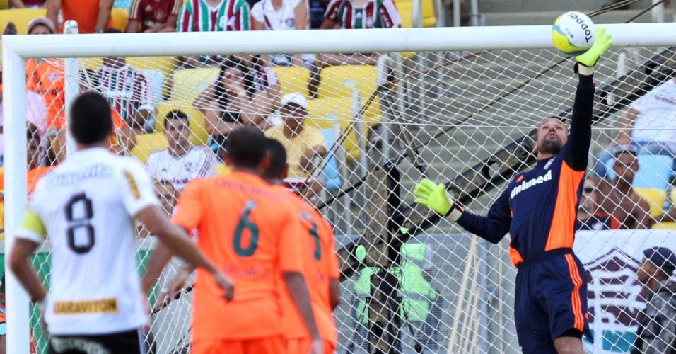 23.fev.2014 - Diego Cavalieri faz boa defesa após finalização de Renato, no clássico entre Fluminense e Botafogo, pelo Campeonato Carioca