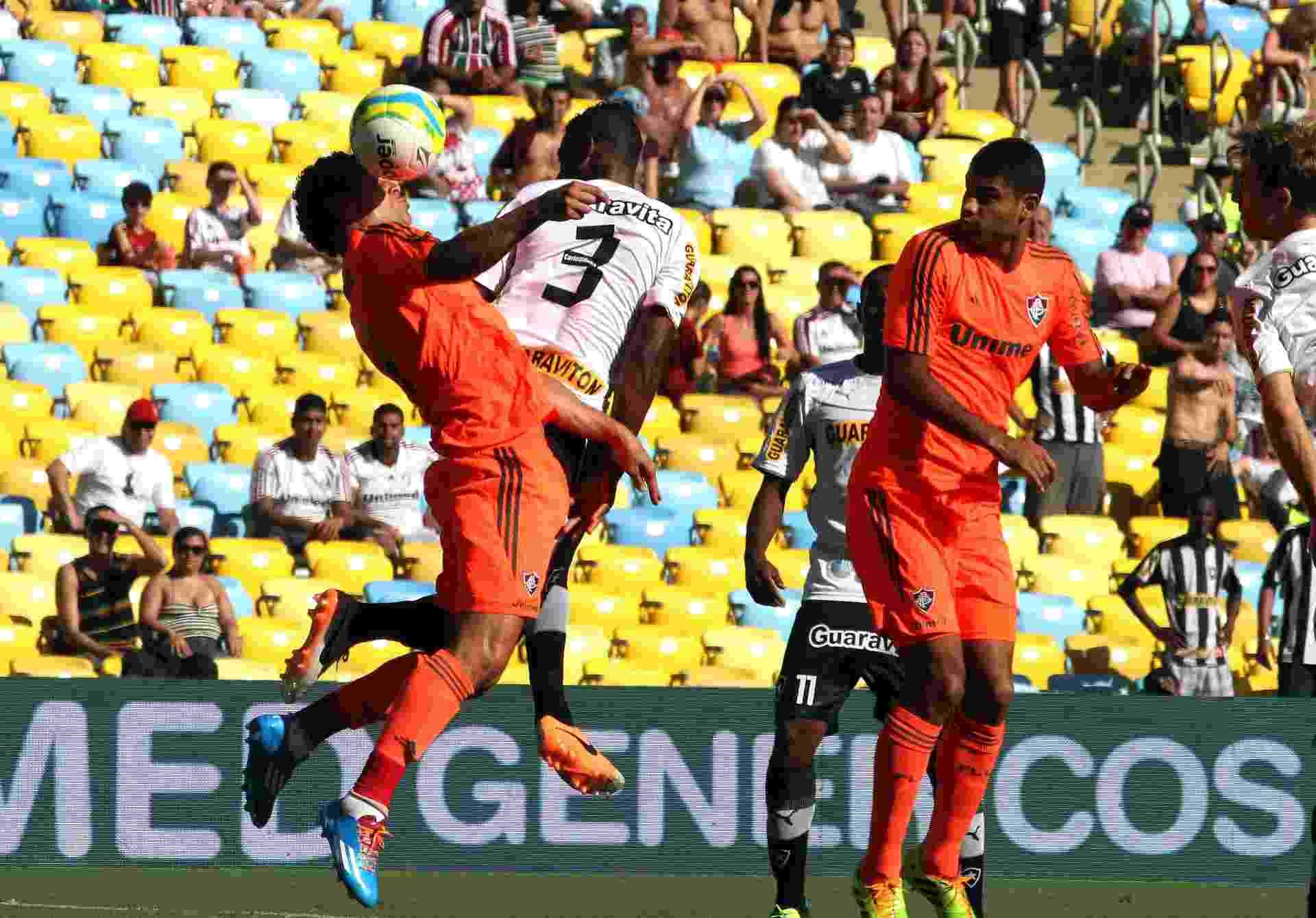 23.fev.2014 - Fred e André Bahia dividem a bola na partida entre Fluminense e Botafogo, pelo Campeonato Carioca - NELSON PEREZ/FLUMINENSE F.C.