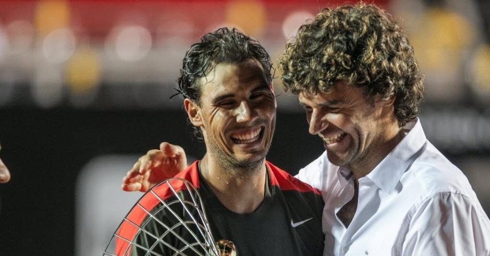 23.fev.2014 - Homenageado no Aberto do Rio, ex-tenista Gustavo Kuerten participou da premiação a Rafael Nadal