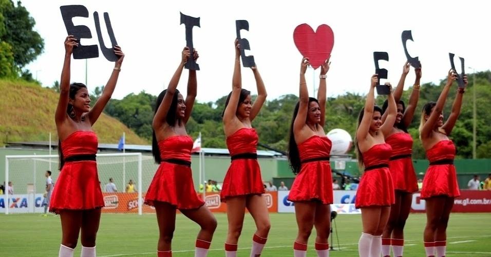 23.fev.2014 - Líderes de torcida demonstram apoio ao Vitória no clássico contra o Bahia. No final, empate por 1 a 1