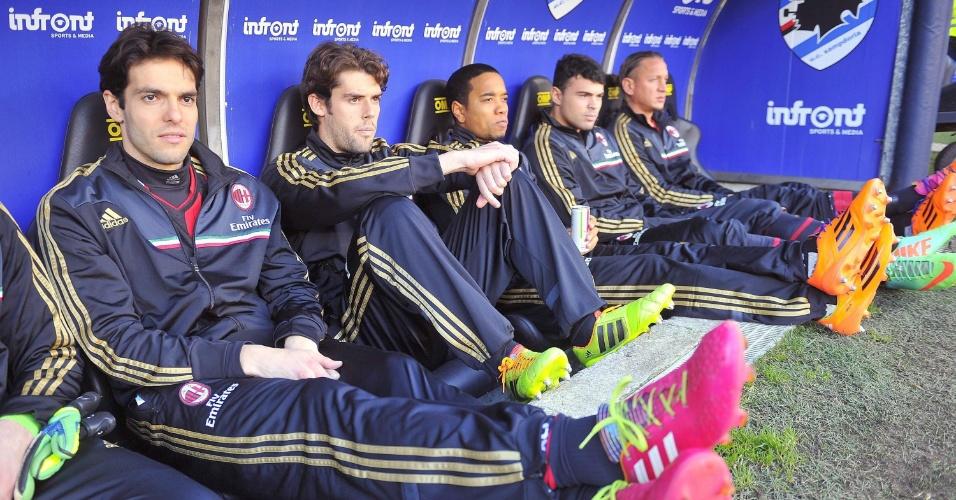 23.fev.2014 - O meia Kaká (esquerda) foi poupado e assistiu, do banco de reservas, à vitória do Milan sobre o Sampdoria pelo Campeonato Italiano