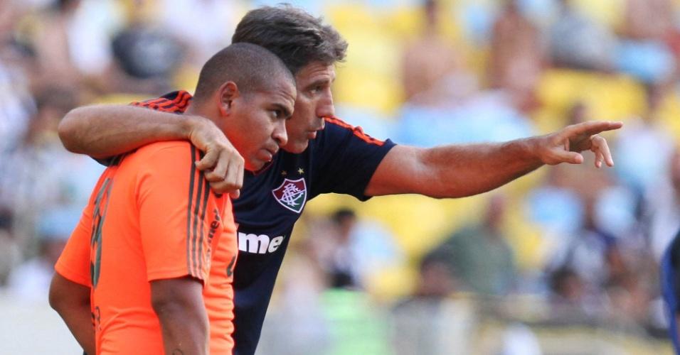 23.fev.2014 - Técnico Renato Gaúcho orienta Walter durante o jogo entre Fluminense e Botafogo