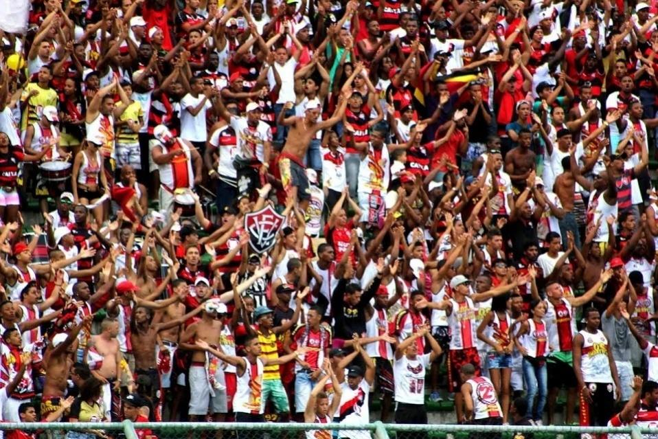 23.fev.2014 - Torcedores do Vitória festejam durante o clássico contra o Bahia. No final, empate por 1 a 1