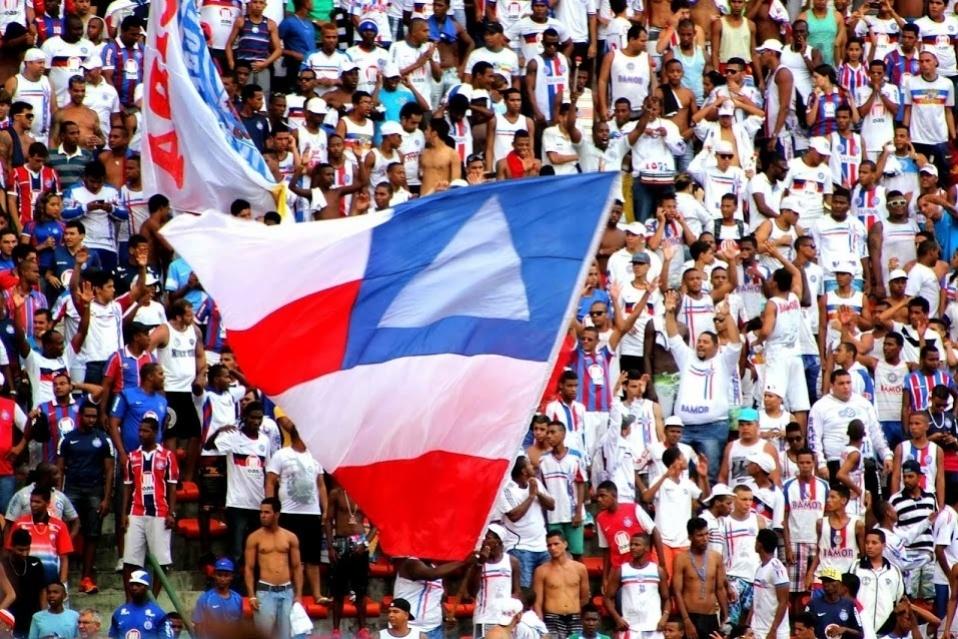 23.fev.2014 - Torcida do Bahia faz a festa durante o clássico contra o Vitória. No final, empate por 1 a 1