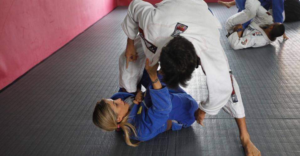 Além de treinar para competir - apesar de entrar em poucos campeonatos - Syang também ensina jiu-jítsu, para iniciantes e com enfoque nas meninas