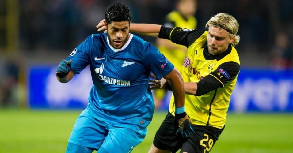 25. fev. 2014 - Hulk tenta ficar com a bola durante partida do Zenit contra o Borussia Dortmund pela Liga dos Campeões