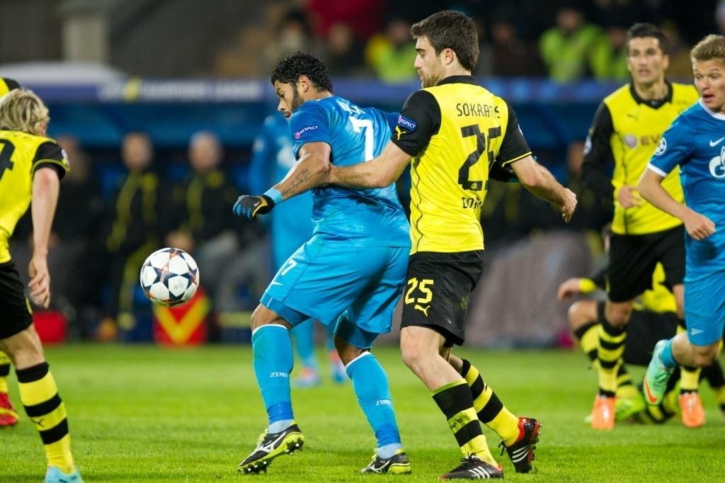 25. fev. 2014 - Hulk tenta jogada pelo Zenit contra o Borussia Dortmund, pela Liga dos Campeões