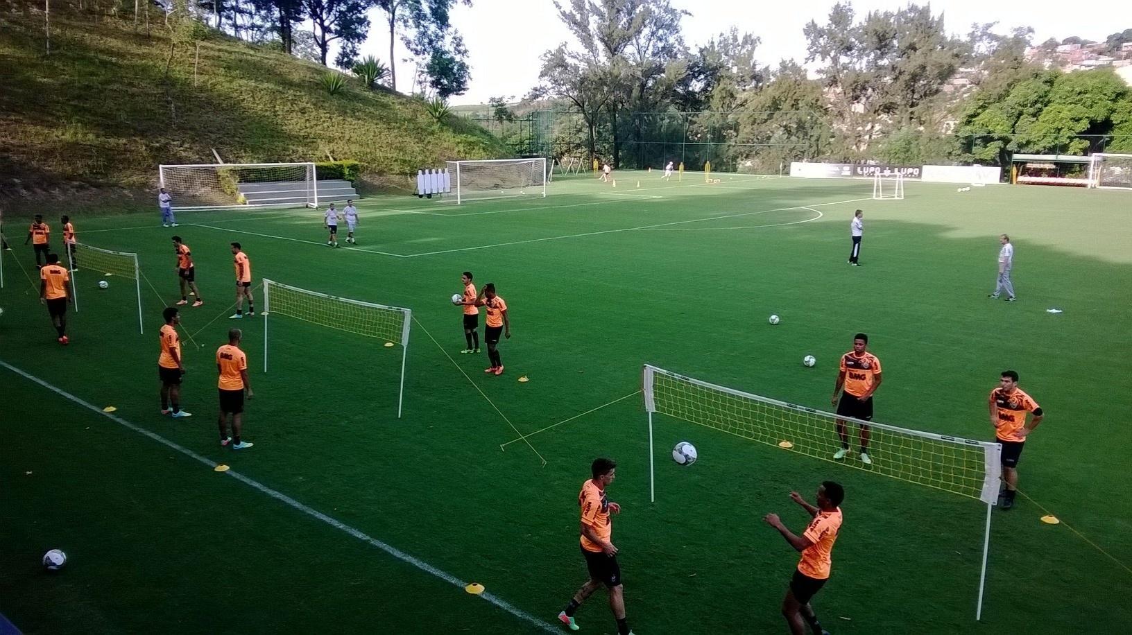 25 fev 2014 - Jogadores do Atlético-MG disputaram animadas partidas de futebôlei, Ronaldinho Gaúcho e Jô se destacaram