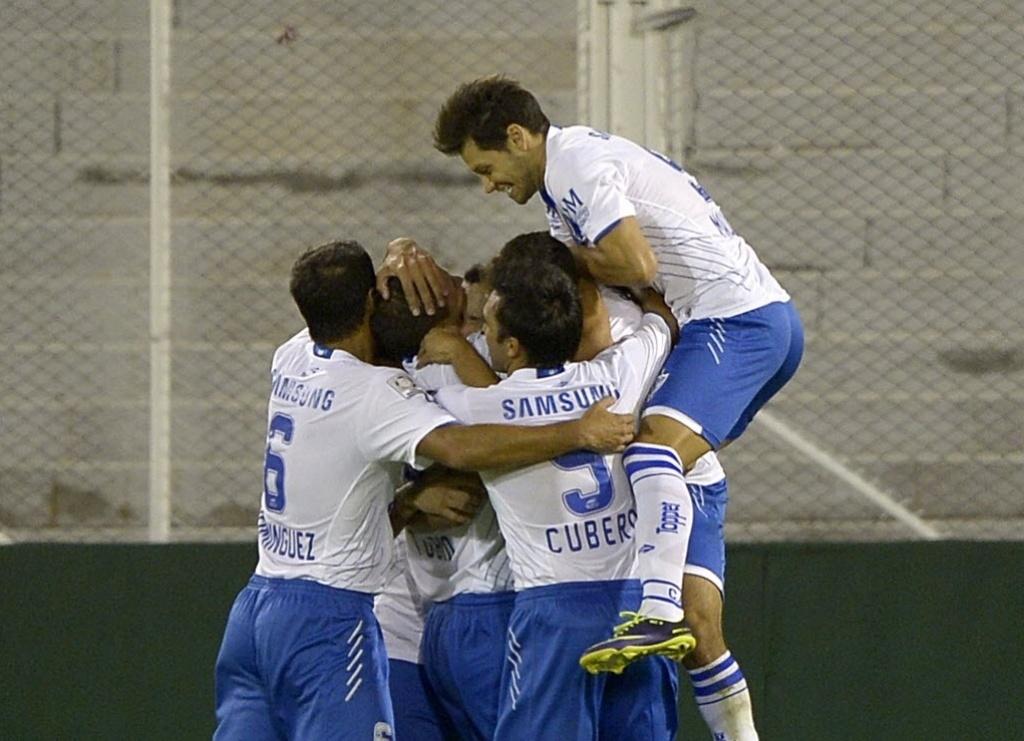 25.fev.2014 - Atletas do Vélez Sarsfield comemoram após o primeiro gol da equipe contra o Atlético-PR, pela Libertadores