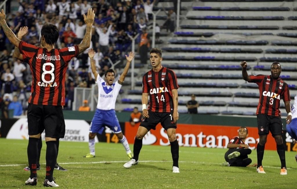 25.fev.2014 - Jogadores do Atlético-PR reagem após o Vélez Sarsfield abrir o placar pela Copa Libertadores