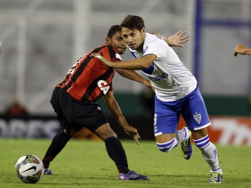 25.fev.2014 - Mauro Zarate, do Vélez Sarsfield, escapa da marcação de Deivid, do Atlético-PR, no jogo da Libertadores