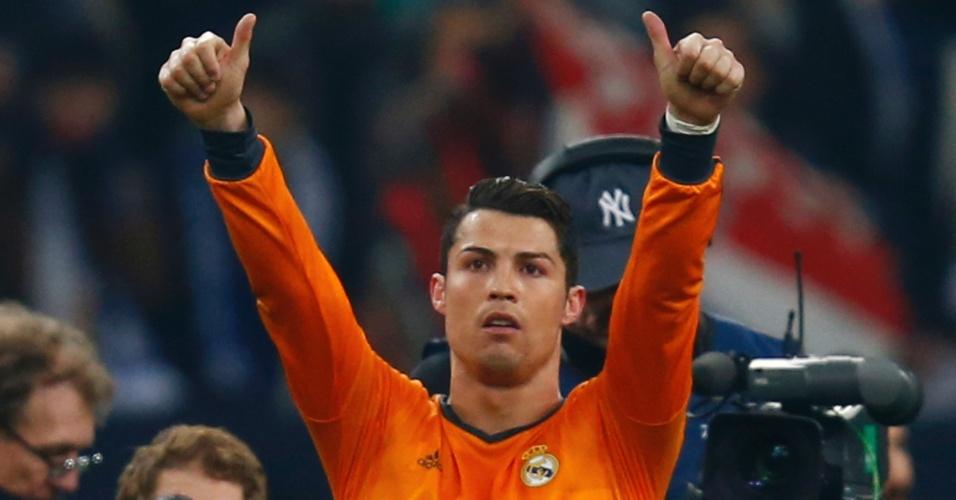 26.fev.2014 - Cristiano Ronaldo acena para torcida do Real Madrid que foi a Gelsenkirchen ver a goleada por 6 a 1 dos espanhóis sobre os alemães, pela Champions