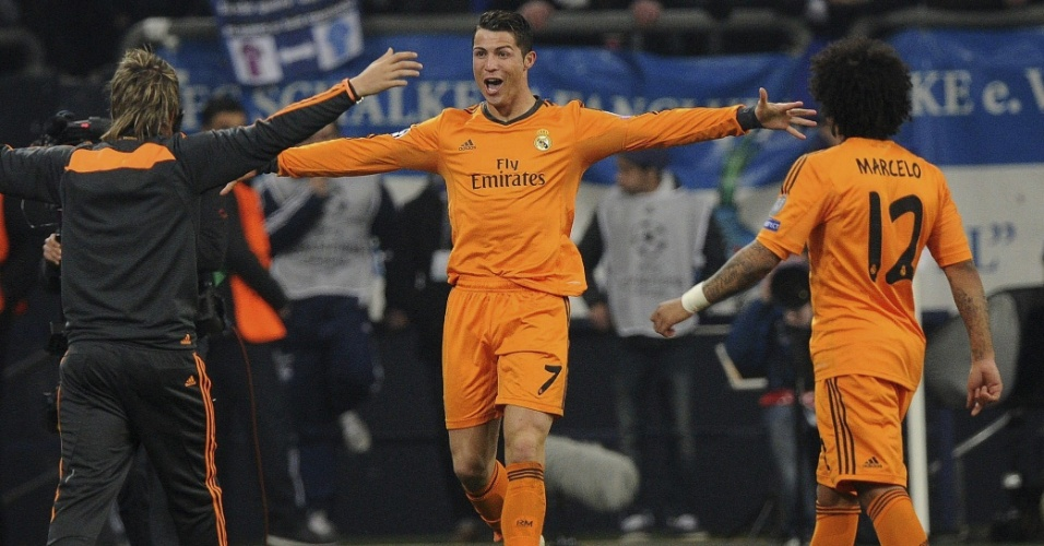 26.fev.2014 - Cristiano Ronaldo comemora seu segundo gol no duelo contra o Schalke 04, pelas oitavas de final da Liga dos Campeões da Europa