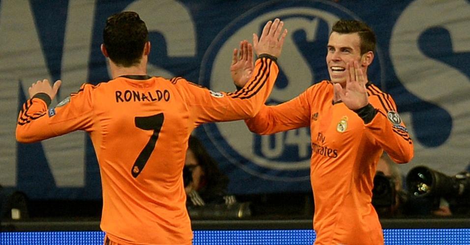 26.fev.2014 - Gareth Bale comemora com Cristiano Ronaldo o segundo gol do Real Madrid sobre o Schalke 04, fora de casa, pelas oitavas de final
