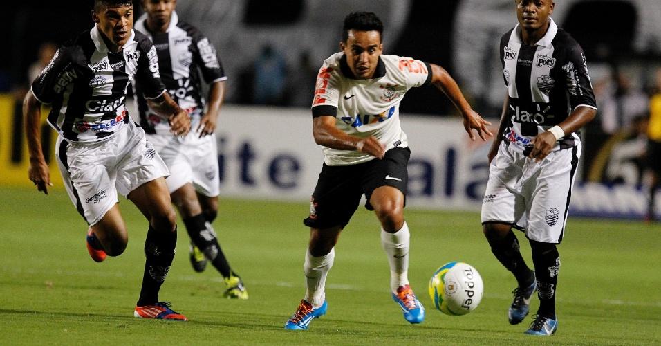 26.fev.2014 - Meia Jadson aposta corrida com marcador em busca da bola durante o duelo entre Corinthians e Comercial