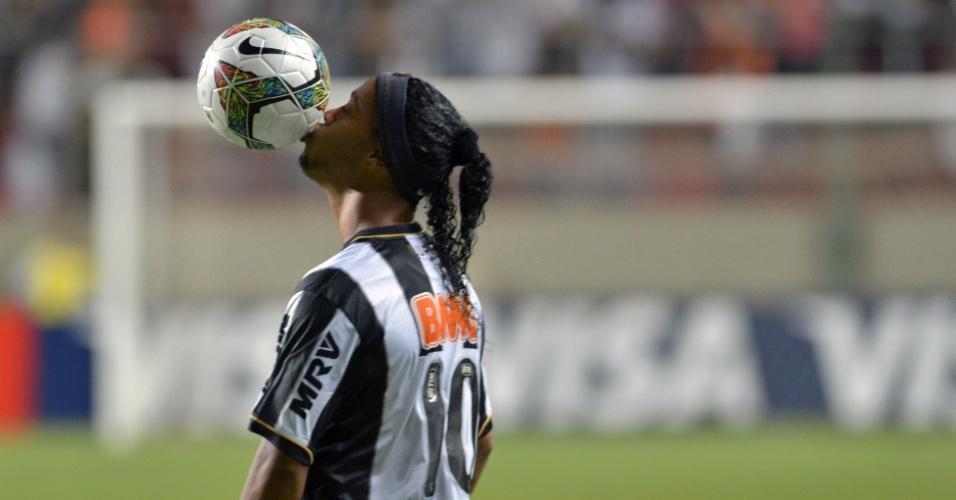 26.fev.2014 - Ronaldinho Gaúcho beija a bola antes da partida entre Atlético-MG e Independente Santa Fé, pela Copa Libertadores