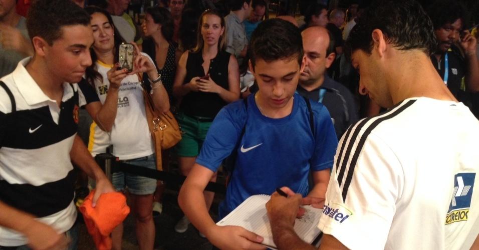 26.fev.2014 - Thomaz Bellucci assina caderno de fã durante sessão de autógrafos no Aberto do Brasil