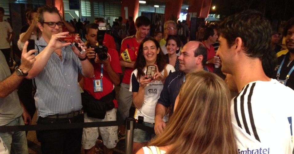 26.fev.2014 - Thomaz Bellucci tira foto com fã durante sessão de autógrafos no Aberto de São Paulo