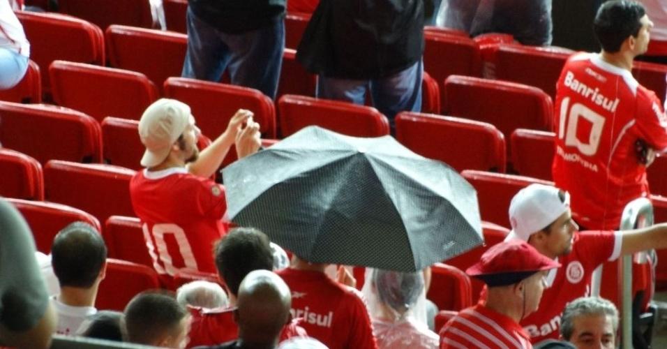 Cobertura do Beira-Rio não passa no teste da chuva. Azar dos torcedores