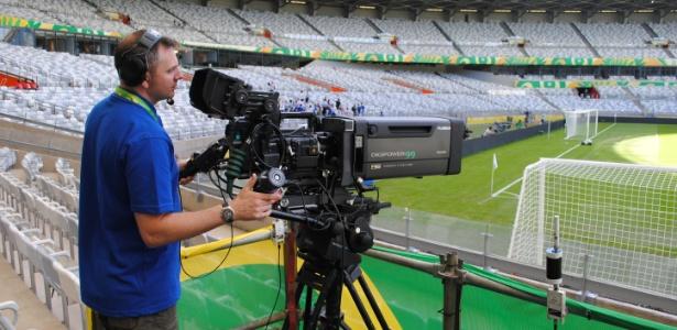 Câmera posicionada sobre assentos do Estádio do Mineirão, em Belo Horizonte, para transmitir a semifinal da Copa das Confederações. Estádios da Copa não foram pensados para o posicionamento de câmeras da Fifa