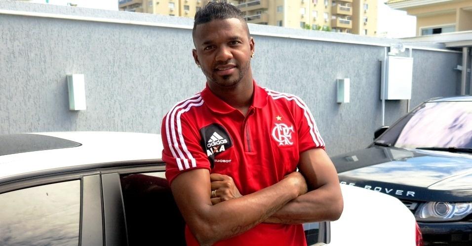 Goleiro Felipe, do Flamengo, posa para foto em sua casa durante entrevista ao UOL Esporte