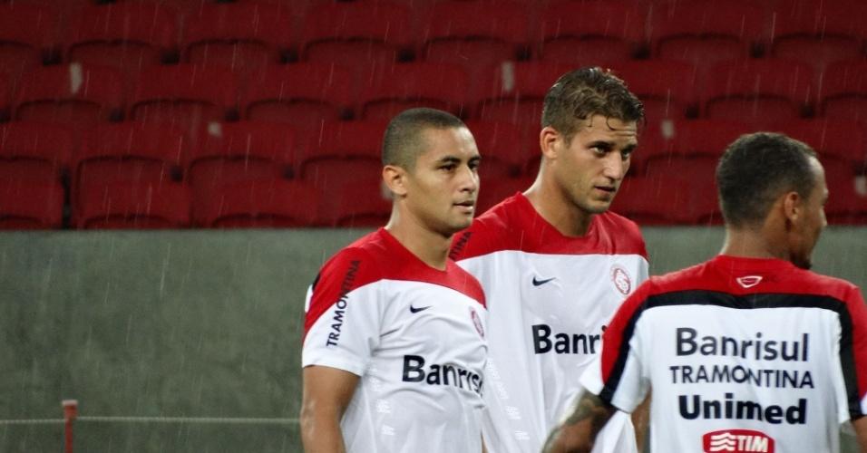 Wellington Paulista e Rafael Moura durante treino de finalização do Internacional