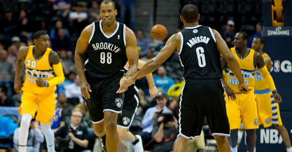 27.fev.2014 - Primeiro atleta homossexual assumido da NBA, Jason Collins marcou seus três primeiros pontos desde que retornou para a liga